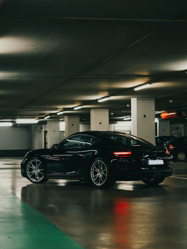 Porsche in Parkgarage